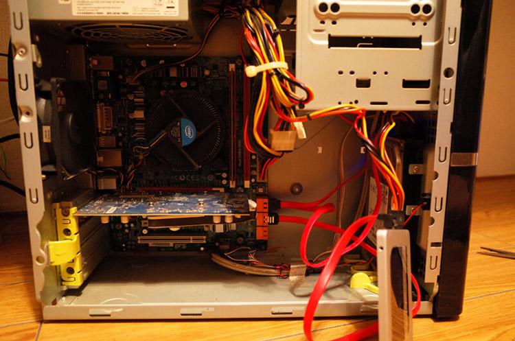 パソコンにSSDを接続した写真