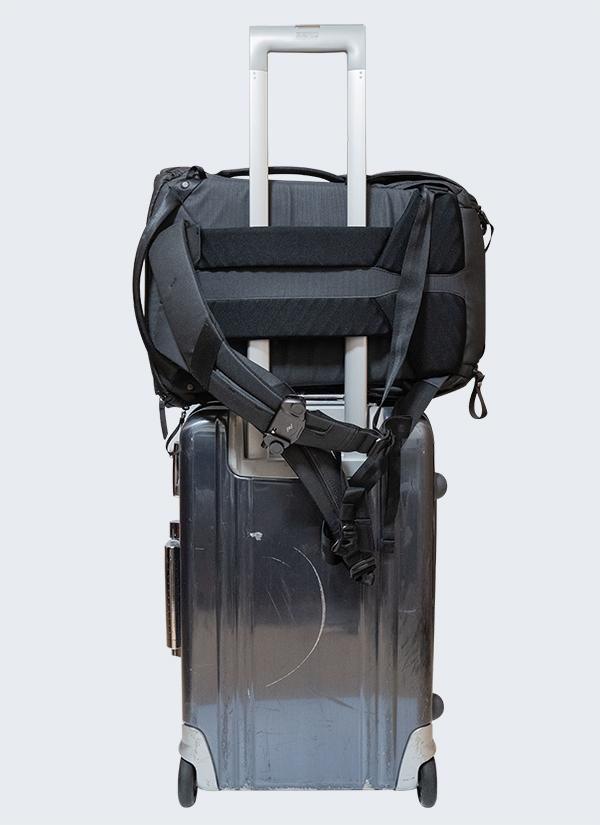 エブリデイバックパックをキャリーケースに固定2