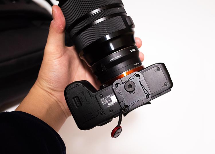 PeakDesign Capture V3ののプレートをカメラに取り付けた画像 