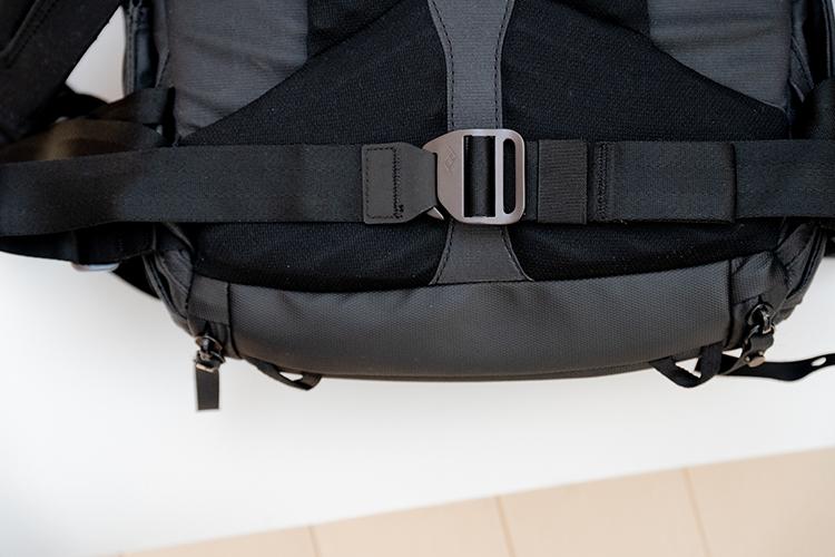エブリデイバックパックの腰ベルトを取り出した画像 