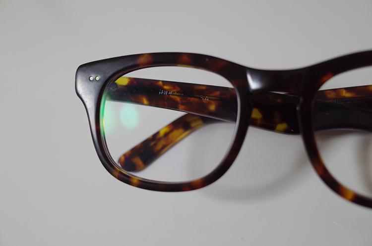 白い汚れが付着したメガネフレーム