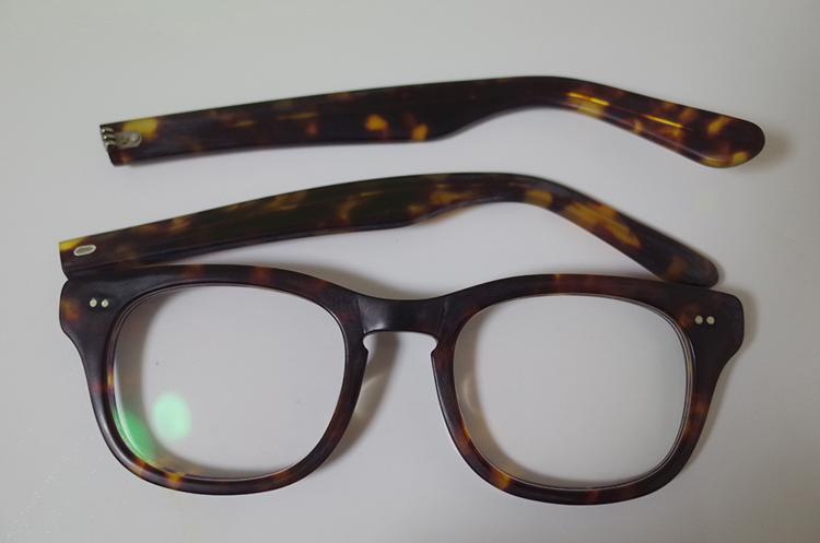 白く汚れたメガネを分解した画像