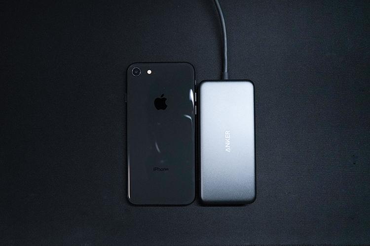 Anker 7-in-1 プレミアム USB-CハブとiPhone8とのサイズ比較