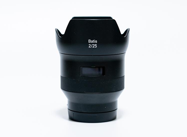 レンズフードを装着したBatis2/25
